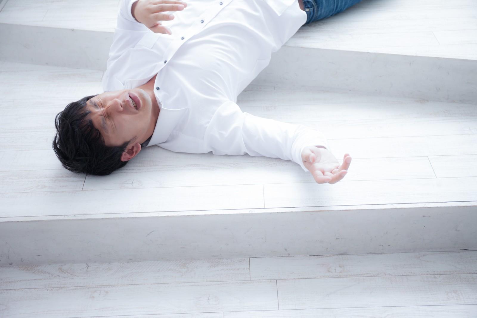 熱中症で倒れる男性